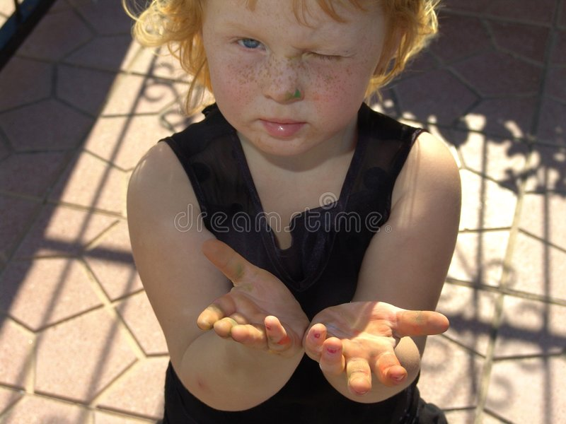 Bambino con vernice sulle mani fotografia stock