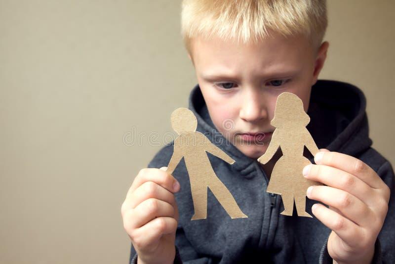 Bambino confuso con i genitori di carta fotografia stock libera da diritti
