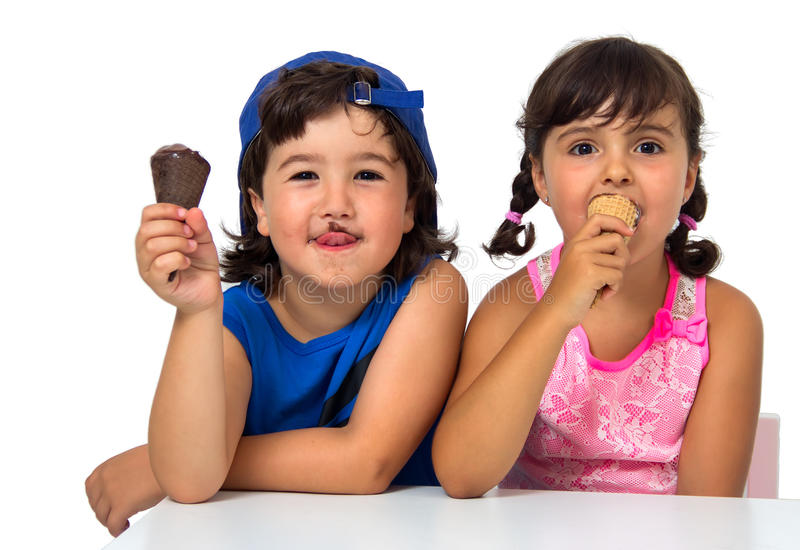 Bambino, coppia di s con il gelato immagine stock