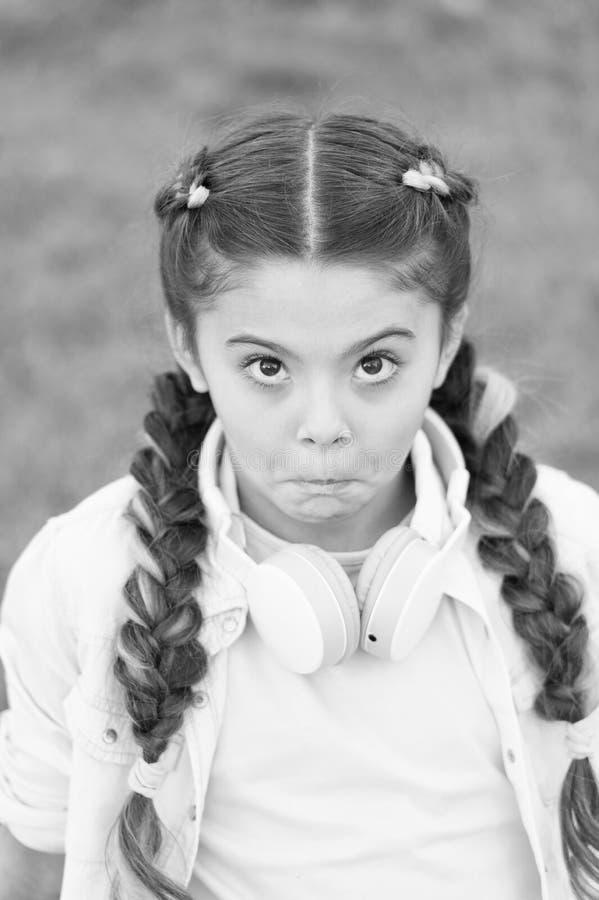 Bambino in cuffie Umore della sorgente Mp3 giocatore [1] Bambina divertente Audio libro La bambina ascolta musica Il bambino alla immagine stock libera da diritti