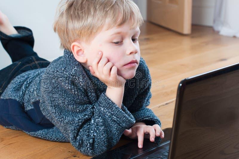 Bambino curioso che passa in rassegna Internet immagine stock