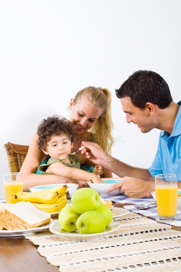 Bambino d'alimentazione del padre immagini stock libere da diritti