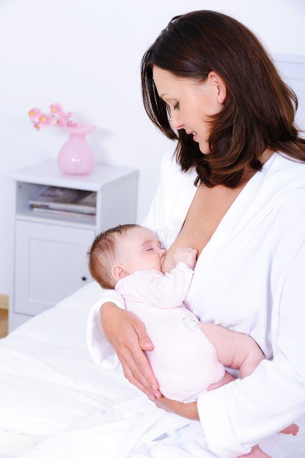 Bambino d'allattamento al seno della donna fotografia stock libera da diritti