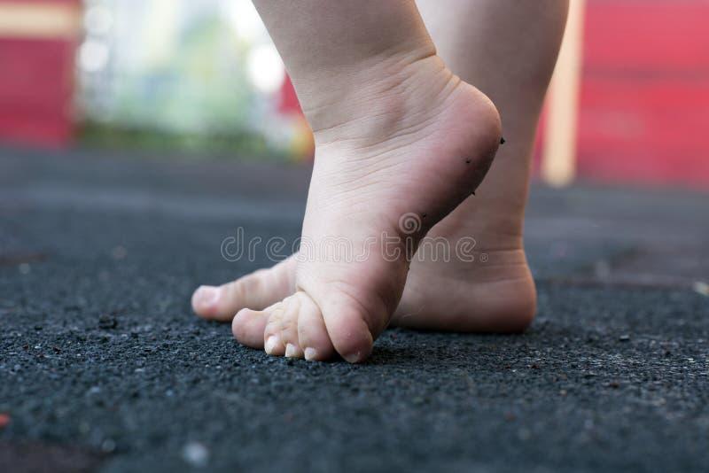 Bambino d'istruzione da camminare all'aperto fotografie stock