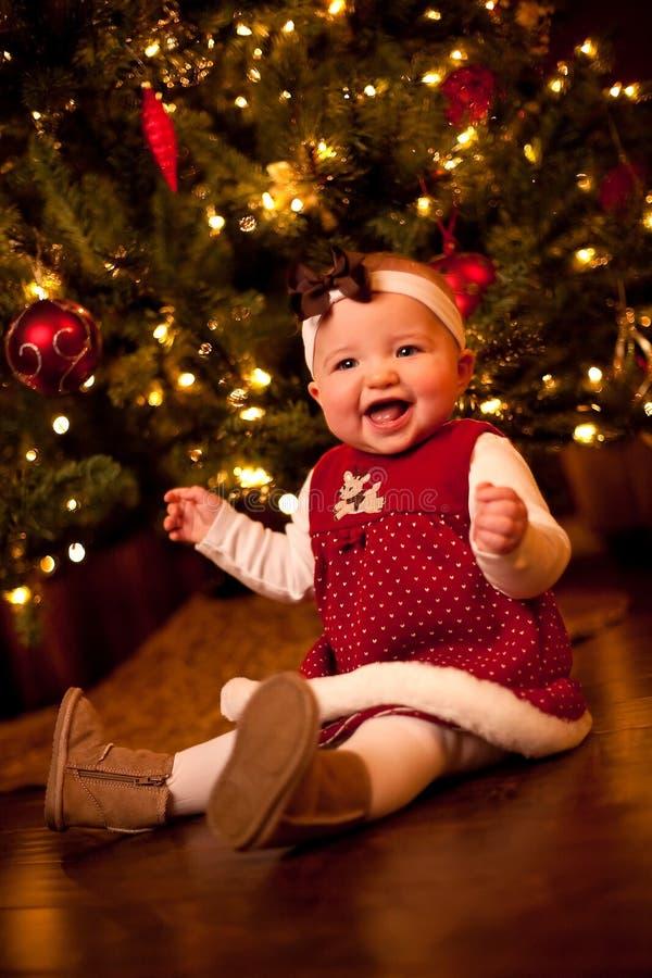 Bambino dall'albero di Natale immagine stock