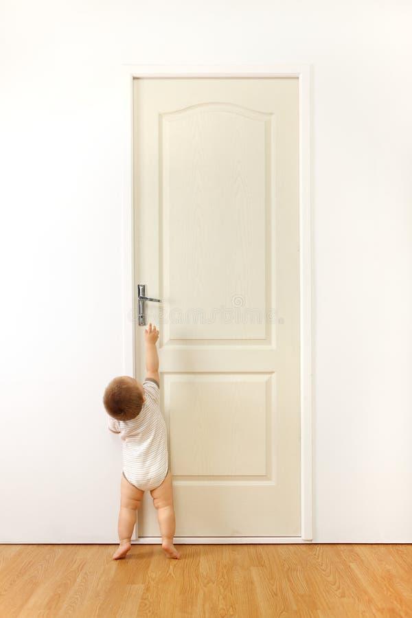 Bambino davanti al portello immagini stock libere da diritti