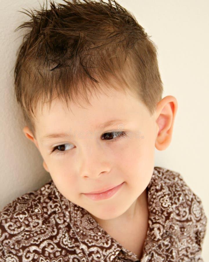 Bambino daydreaming soddisfatto felice del ragazzo sveglio fotografia stock libera da diritti