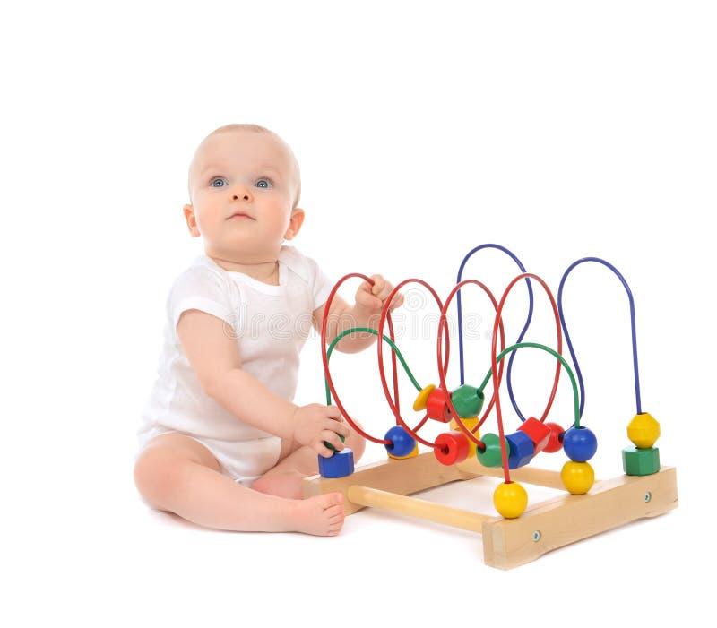 bambino del bambino del bambino da 9 mesi che sta e che gioca istruzione di legno immagini stock libere da diritti