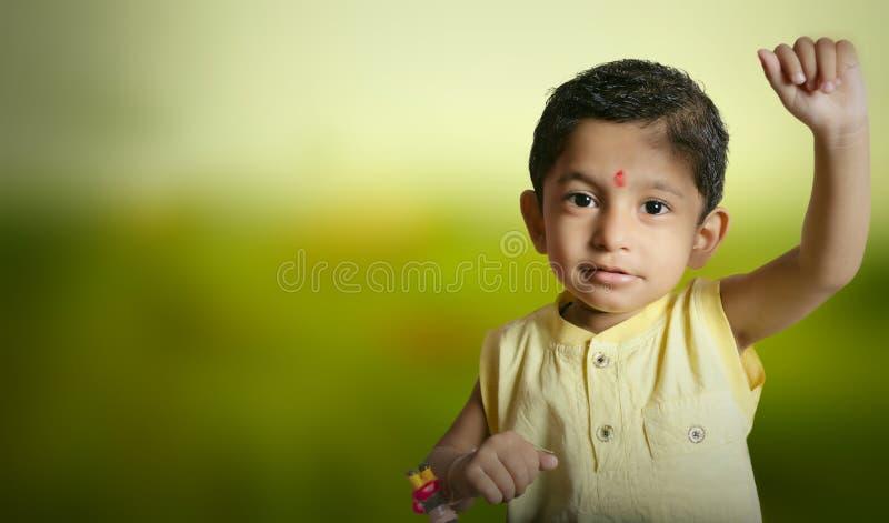 bambino del ragazzo del supereroe del superman che solleva mano per il volo fotografia stock