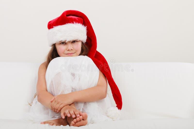 Bambino della bambina in cappello del Babbo Natale Natale fotografia stock