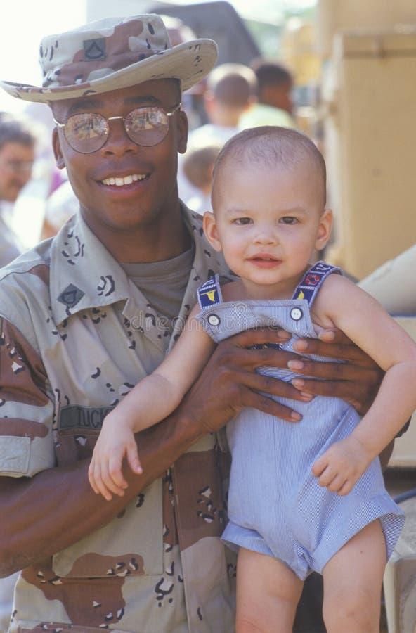 Bambino della holding del soldato del African-American fotografia stock libera da diritti