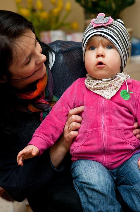 Bambino della holding della donna immagine stock