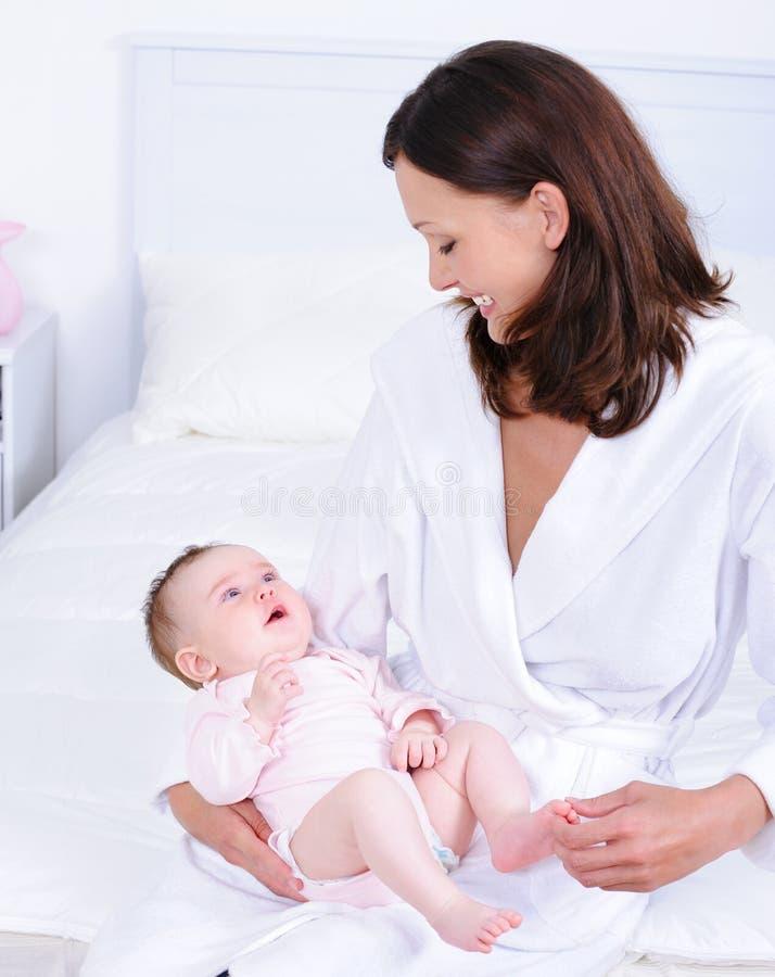 Bambino della holding della madre ed esaminarlo fotografie stock