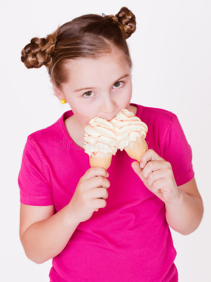 Bambino della ragazza che giudica un bambino bianco della ghiaccio-ragazza della vaniglia due deliziosi tenendo i due gelati alla immagine stock libera da diritti