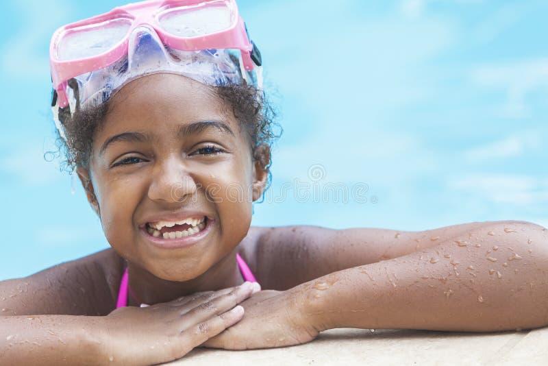 Bambino della ragazza dell'afroamericano nella piscina immagini stock