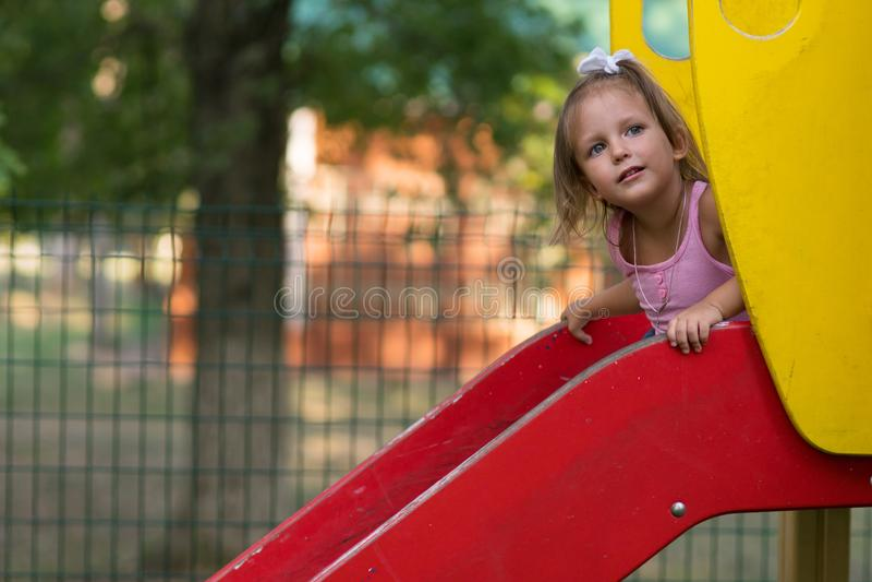 Bambino della ragazza nel campo da giuoco immagini stock libere da diritti