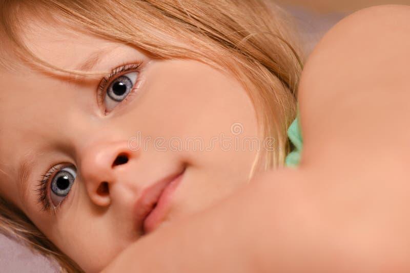 Bambino della ragazza romanticamente che esamina la distanza immagine stock libera da diritti