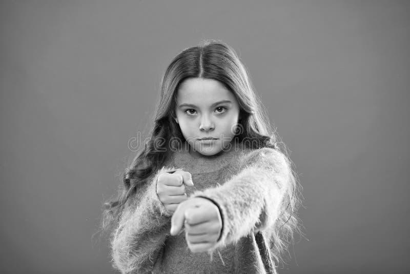 Bambino della ragazza sveglio ma forte Autodifesa per i bambini Difenda l'innocenza Come insegni ai bambini a difendersi donna in immagini stock