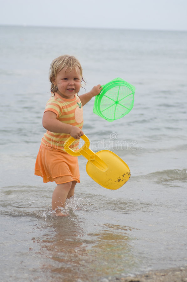 Download Bambino della spiaggia immagine stock. Immagine di giocattoli - 7311163