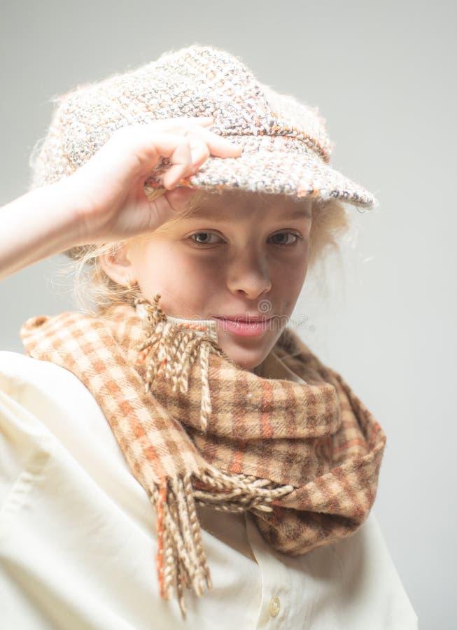 bambino della via con il fronte sporco stile inglese d'annata ragazza teenager in retro vestito maschio bambino antiquato in berr immagine stock libera da diritti