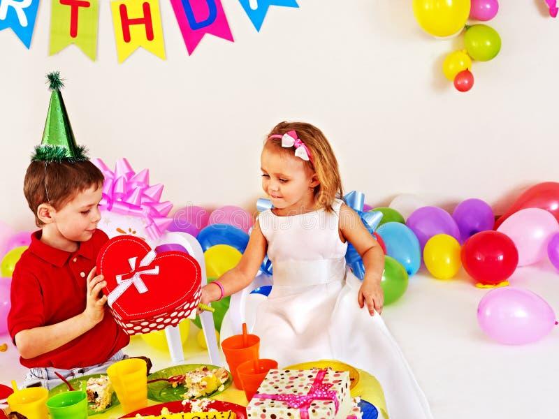 Bambino delle coppie sulla festa di compleanno. fotografia stock