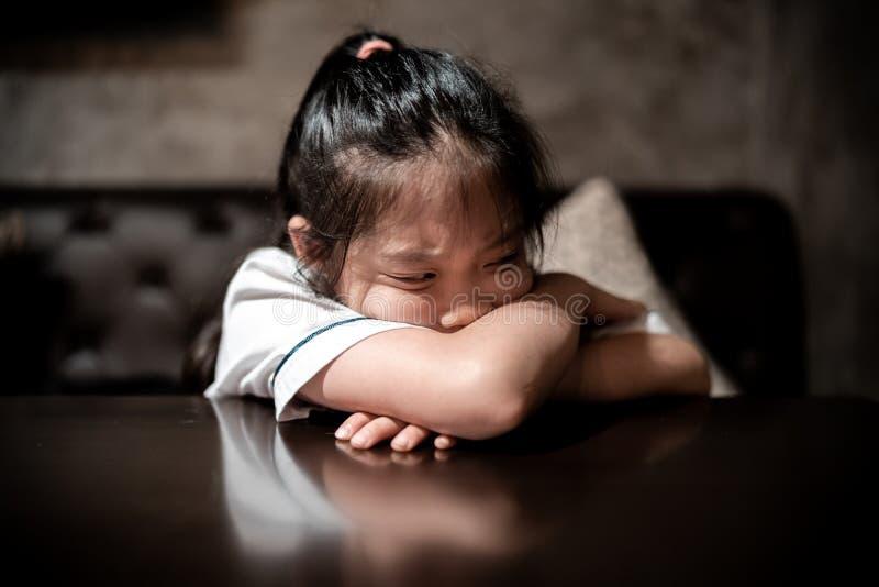 Bambino depresso con espressione facciale triste e stressante fotografia stock