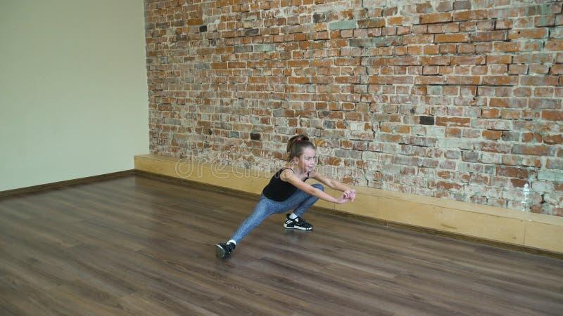 Bambino di allenamento di esercizio di benessere di forma fisica di sport immagine stock