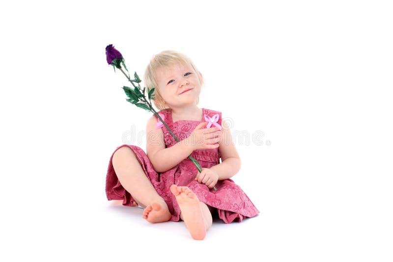 Bambino di 1 anno adorabile della ragazza con il fiore del giocattolo fotografia stock libera da diritti