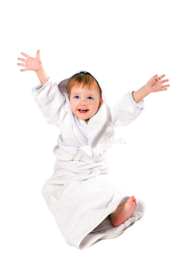 Bambino di bellezza in tovagliolo dopo l'acquazzone immagine stock libera da diritti
