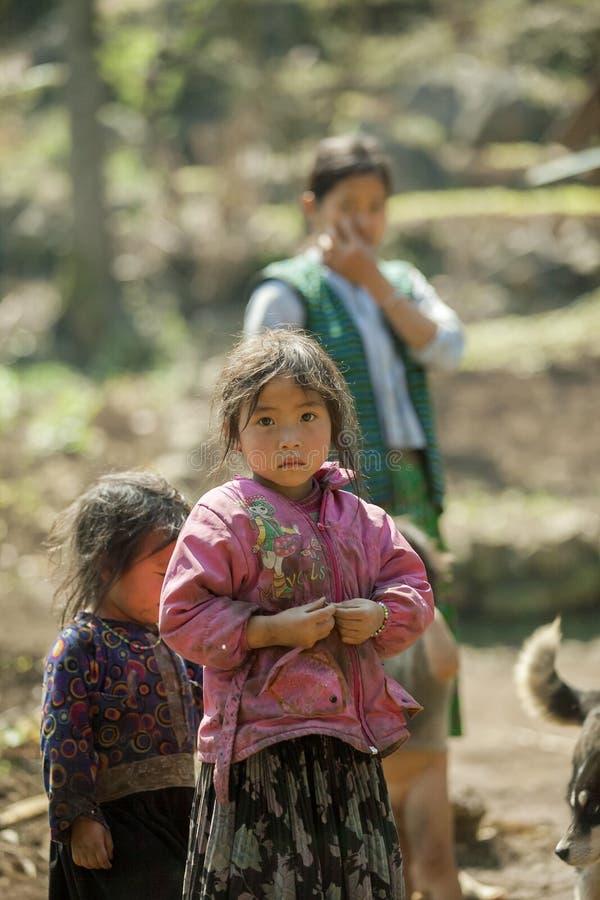 Bambino di minoranza etnica, al vecchio mercato di Dong Van immagine stock