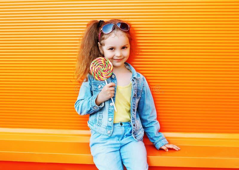 Download Bambino Di Modo - L'uso Alla Moda Del Bambino Della Bambina Jeans Copre Fotografia Stock - Immagine di infanzia, vestiti: 55350574