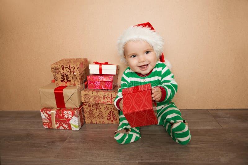 Bambino di Natale in cappello di Santa immagine stock