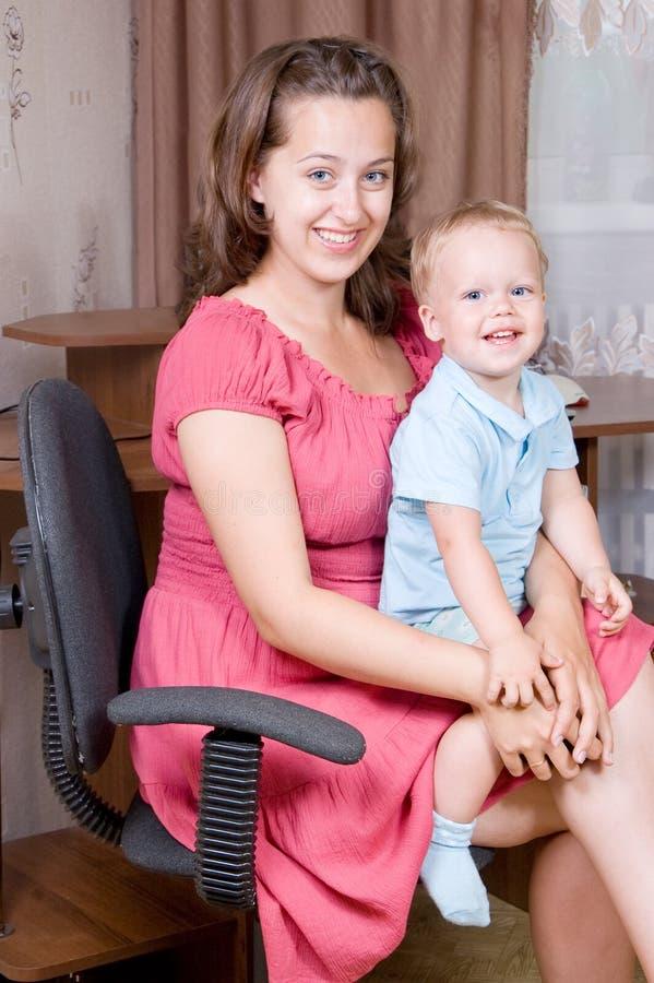 Bambino di risata della mamma fotografia stock
