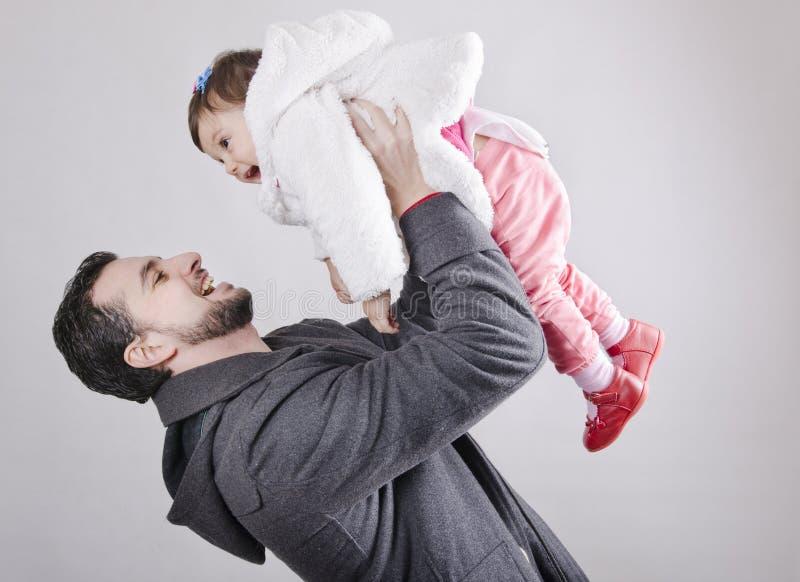 Bambino di sollevamento del padre fotografia stock