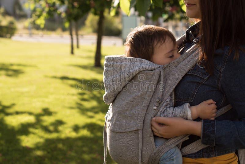 Bambino di trasporto della madre fotografia stock libera da diritti
