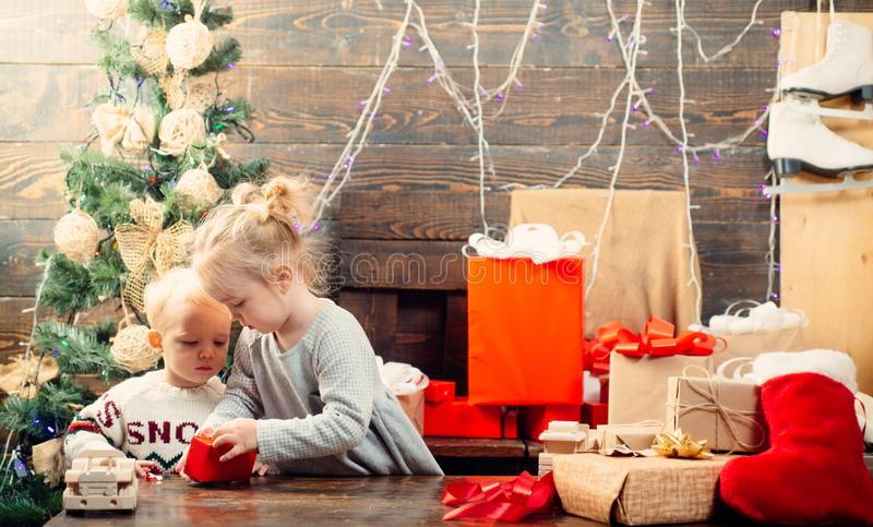Bambino divertendosi l'albero di Natale vicino all'interno bambini bimbo Buon Natale e feste felici Buon Natale e felice immagine stock