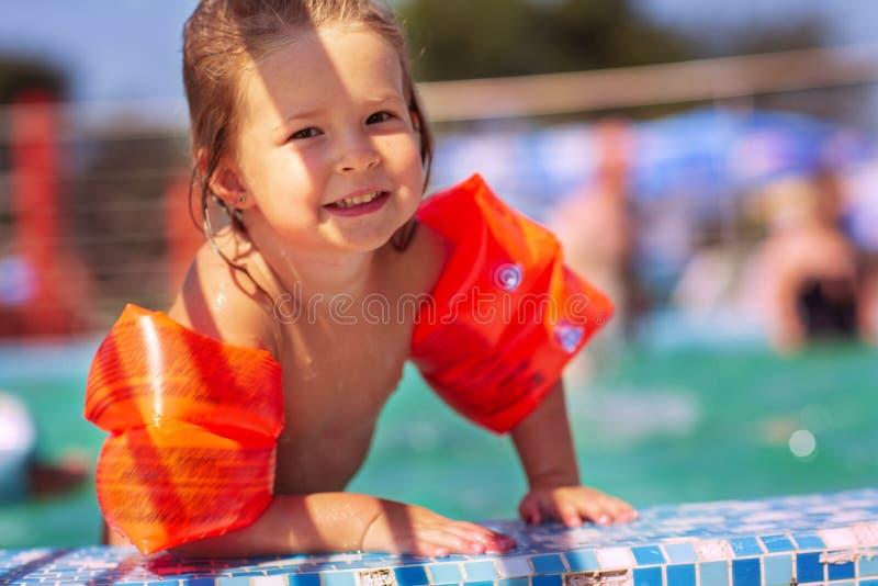 Bambino divertendosi nella piscina Bambino che gioca all'aperto Estate immagini stock libere da diritti