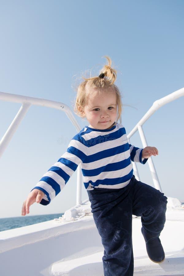 bambino divertente in camicia marina a strisce Vacanza di estate Infanzia felice avventure e smania dei viaggi di viaggio felici  immagini stock libere da diritti