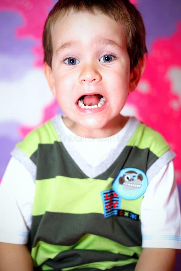Bambino divertente che fa i fronti fotografie stock libere da diritti