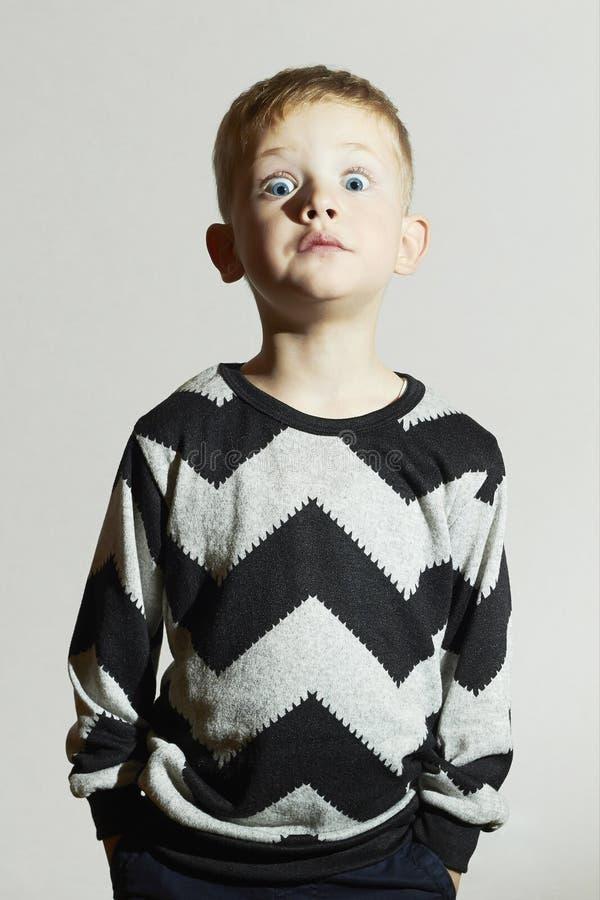 Bambino divertente del fronte di scossa in maglione tendenza dei bambini Little Boy emozione fotografia stock