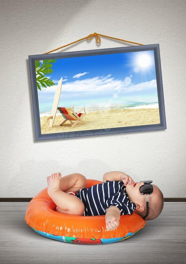 Bambino divertente sul cerchio di nuoto a casa, come sulla spiaggia vacanza fotografia stock libera da diritti
