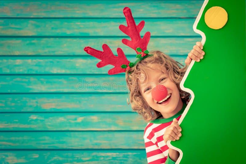 Bambino divertente sulla notte di Natale fotografia stock libera da diritti