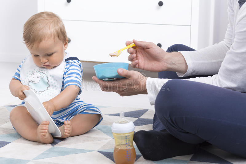 Bambino durante l'alimentazione fotografia stock