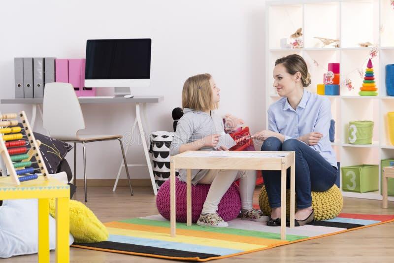 Bambino durante la terapia del gioco immagine stock libera da diritti