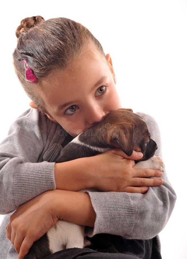 Bambino e cucciolo fotografia stock