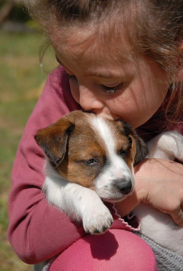 Bambino e cucciolo immagine stock