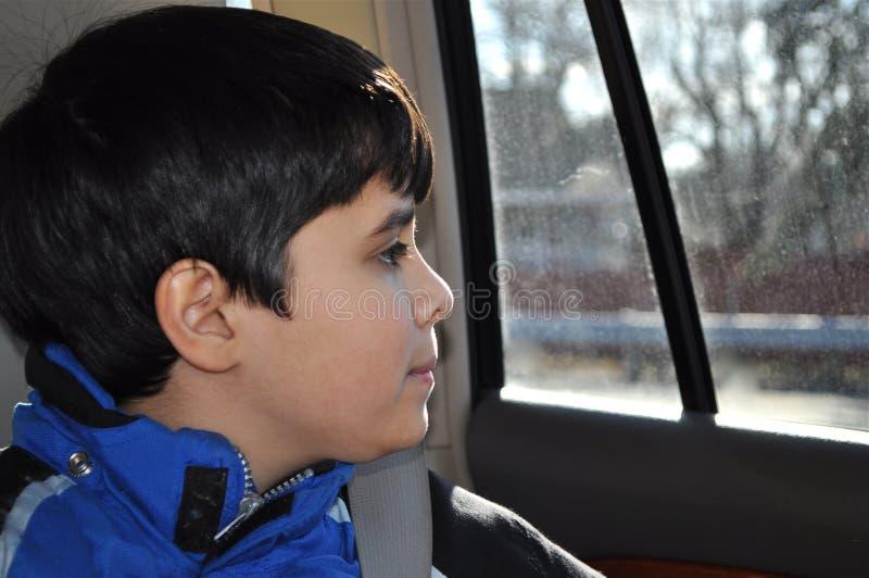 Bambino e finestra fotografia stock libera da diritti