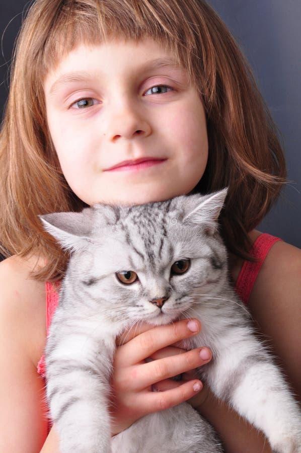 Download Bambino e gatto immagine stock. Immagine di tenuta, gatto - 30831091