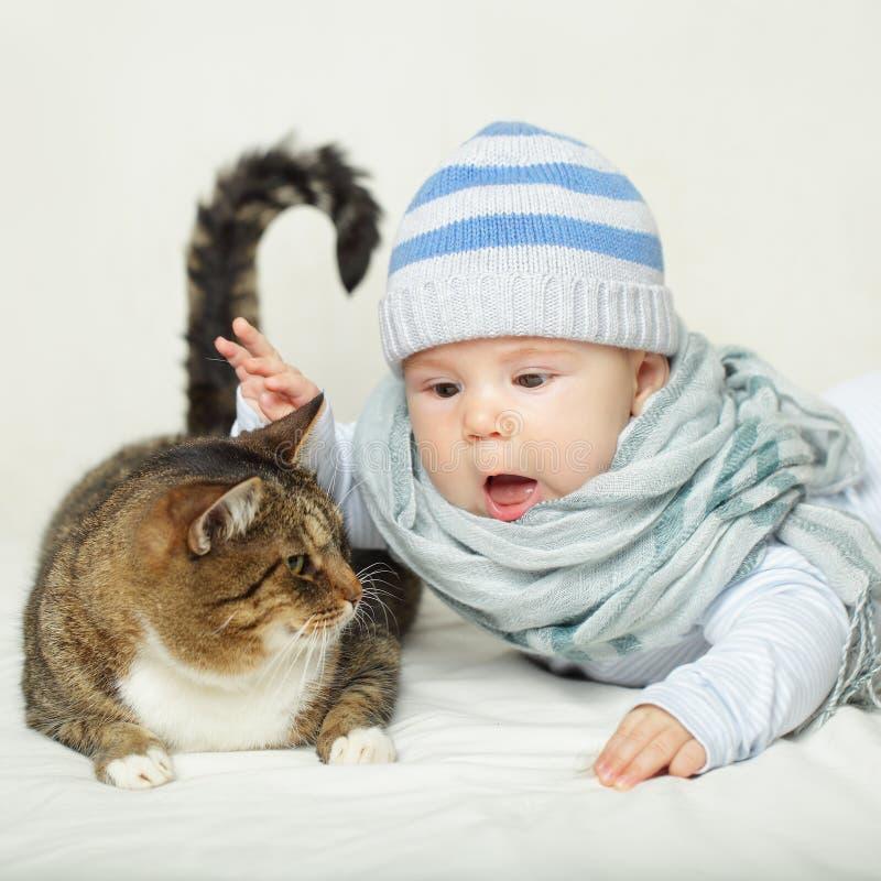 Bambino e gatto - nessun'allergia! immagine stock