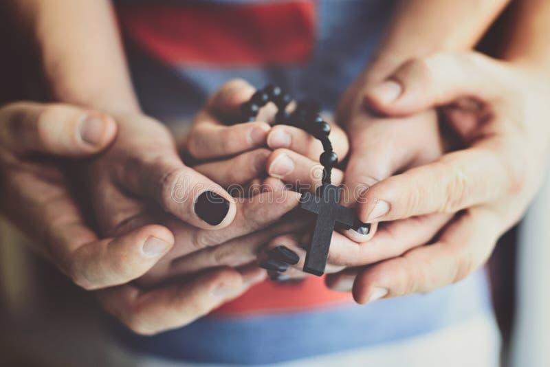 Bambino e madre che pregano insieme fotografia stock libera da diritti